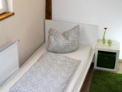 Bett links Ferienwohnung