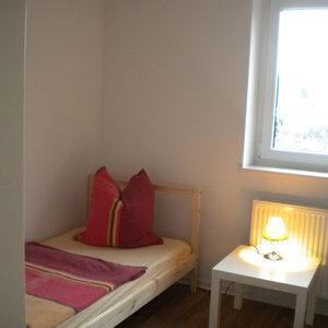 Schlafzimmer Ferienwohnung linkes Bett